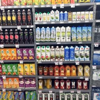 verschiedene Getränke im Supermarktregal