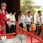 Chinesen in ihrer traditionellen Kleidung, die Musik machen