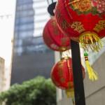 eine Nahaufnahme chinesischer Lampen