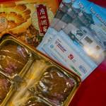 eine Broschüre der China Roadshow mit Keksen auf einem Tisch