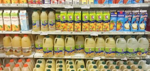ein Getränkeregal mit verschiedenen Getränken in einem Supermarkt
