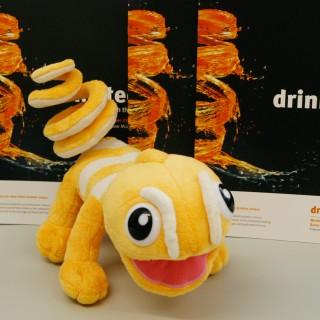 ein Stofftier auf einem Tisch vor drinktec Broschüren