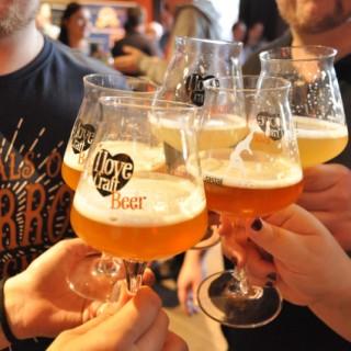 Anstoßen mit Craft Bier