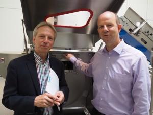 Thomas Blümel (rechts), Vertriebsleiter bei holac, erklärt Autor Roland Sossna, was in einer Käsewürfelmaschine abgeht.
