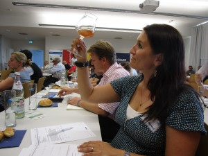 Of course, drinktec is in the jury: Lisa Naetscher critically tests one of the beers.