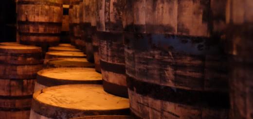 Holzfässer im Keller