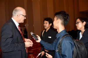 Richard Clemens (VDMA) stellt sich den Fragen der indonesischen Journalisten.