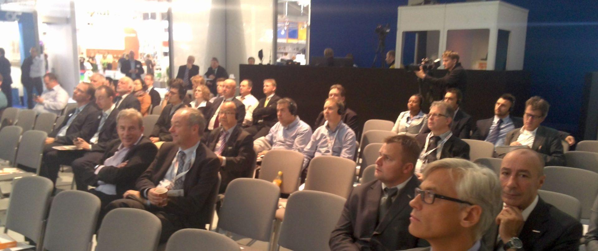 Das Publikum hört zu