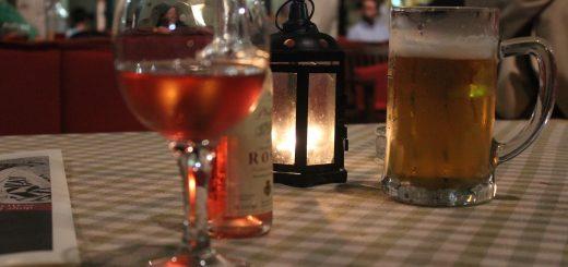Ein Weinglas und ein Bier auf einem Tisch