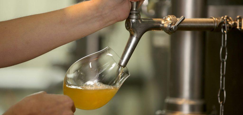 Eine Person, die Bier zapft