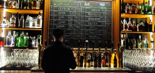 Eine stylische Bar und ein arbeitender Barkeeper