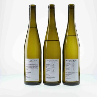 Allzu detaillierte Angaben über die verwendeten Zusatzstoffe verunsichern die Konsumenten von Wein. Deren Produktauffassung von Wein ist immer noch als Naturprodukt geprägt. Die Angaben von Nährwerten und Energiegehalt wird noch toleriert, aber wenn allzu viele Zusatzstoffe auftauchen, wie auf dem Rückenetikett der rechten Flasche, schreckt das die Konsumenten ab.