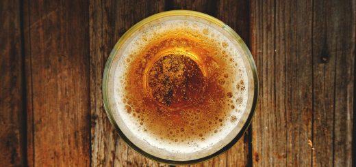Ein Bier von oben fotografiert