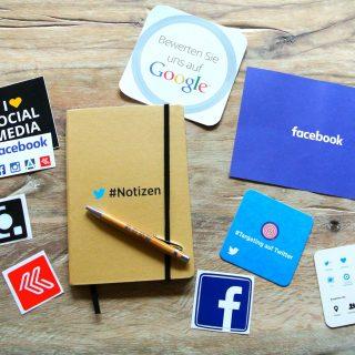 Verschiedene Utensilien mit Social Media Werbung darauf