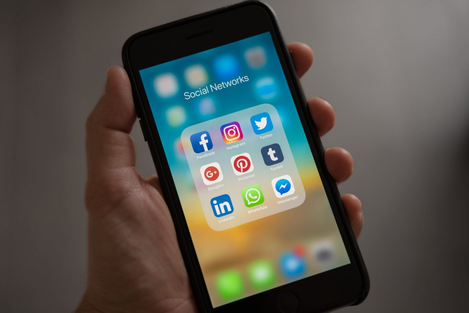 iPhone mit vielen Social Media Apps