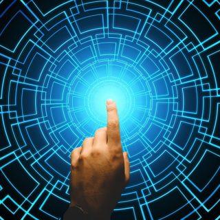 Ein Finger, der auf die Mitte eines digitales Netzes zeigt