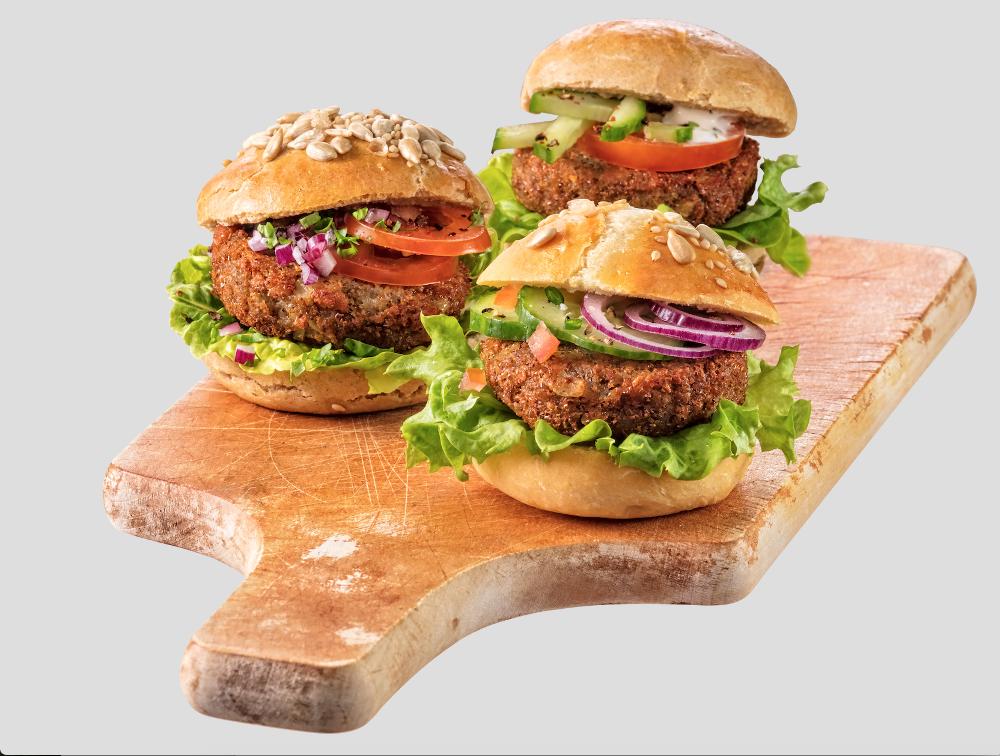 Drei leckere Burger serviert auf einem Schneidebrett