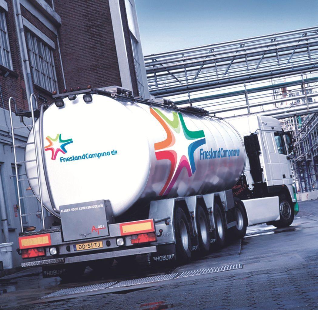 LKW mit Transportbehälter vor der Fabrik