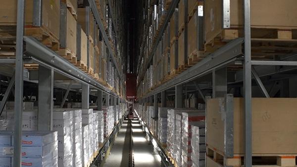 Das Lager füllen ist heute zuweilen einfacher, als dessen Inhalt zum Kunden und letztlich zum Verbraucher zu bekommen – der Mangel an Fahrern und Logistikkapazitäten ist akut.