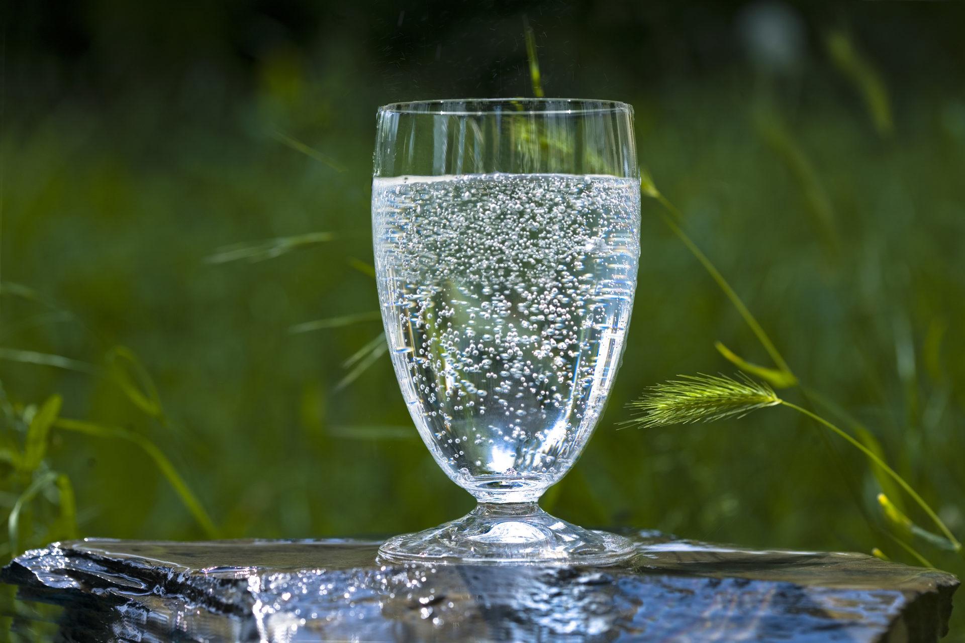 mineralwasser-glas