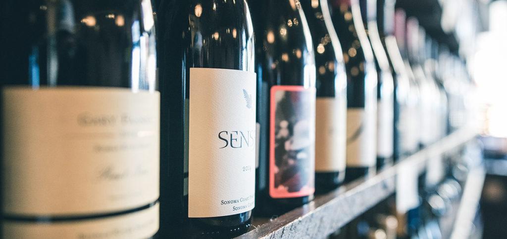 Im Weinbereich spielten Verpackungsalternativen zu Glasbehältern bislang kaum eine Rolle. Wein und Glasflaschen, vor allem in Form der verbreiteten 1,0- und 0,75-Literflaschen, gehören für viele Konsumenten zum Erscheinungsbild von Wein.