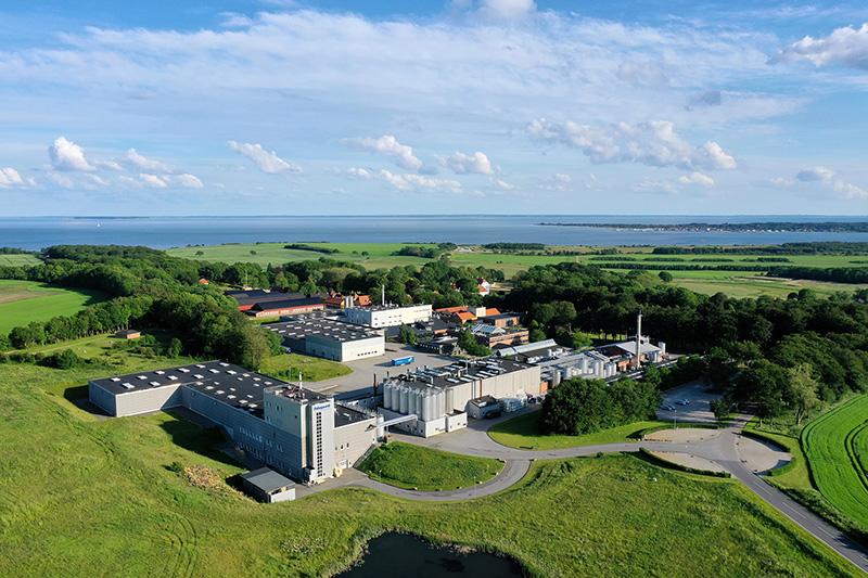 Der dänische Hersteller von Emulgatoren und Stabilisatoren Palsgaard – im Bild das Hauptwerk in Juelsminde – arbeitet seit diesem Jahr CO2-neutral