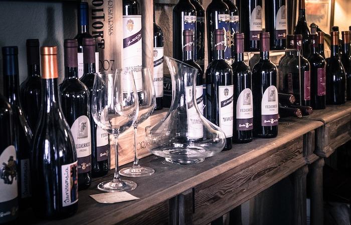 Weingläser und Weinfalschen