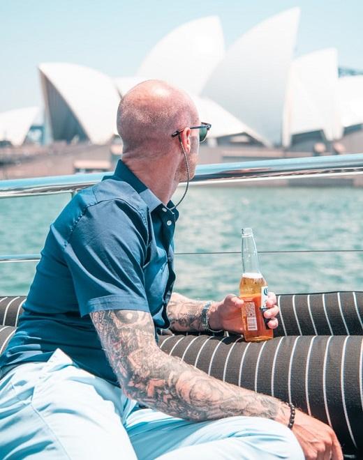 Mann trinkt Bier in Sydney Australien