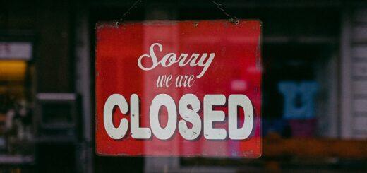"""Türschild """"Wir haben geschlossen"""" im Lockdown"""