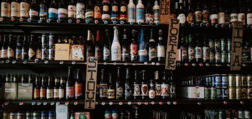 Biertrends verschiedene Bierflaschen im Regal