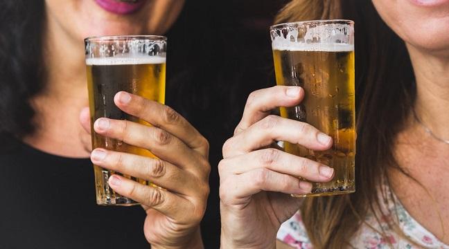 Women with beer in beer glasses